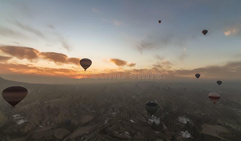 卡帕多细亚鸟瞰图日出的与热空气气球 免版税图库摄影