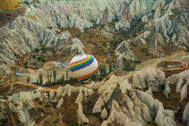 卡帕多细亚,土耳其:气球飞行在黎明、山的美丽的景色和球 库存图片