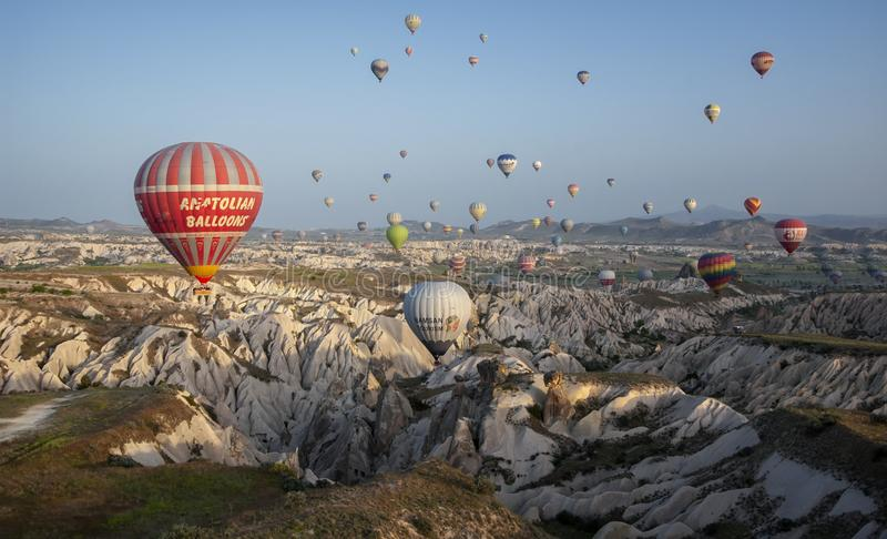 卡帕多细亚,土耳其- 2018年5月04日:飞行在r的热空气气球 免版税库存图片