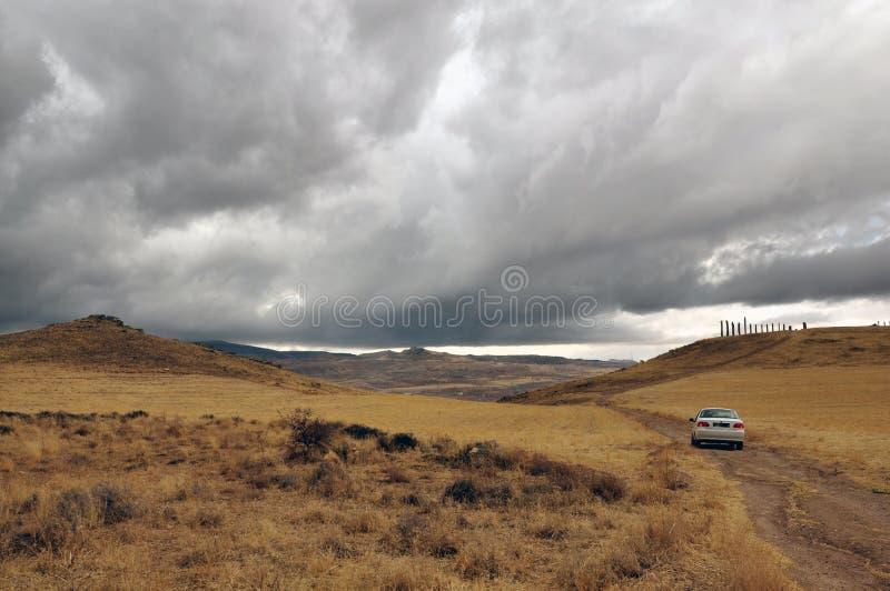 卡帕多西亚山谷雷暴 孤车 图库摄影