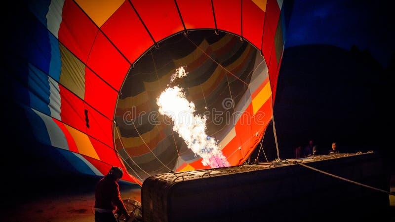 卡帕多细亚,土耳其- 2014年11月15日:是热空气的气球热空气用火焰填装了 图库摄影