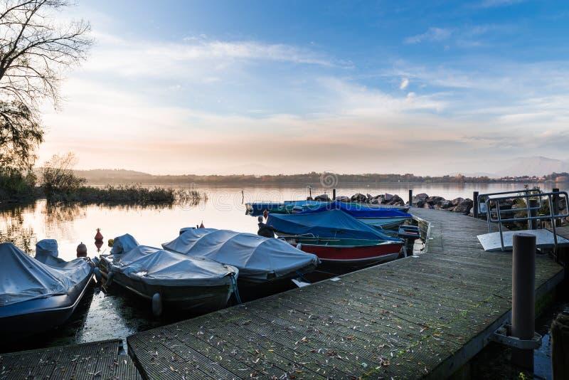 从卡扎戈布拉比亚小港口,瓦雷泽,意大利省的瓦雷泽湖  免版税库存照片