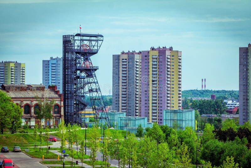 卡托维兹都市风景有老和现代大厦、煤矿轴和西莱亚西博物馆复合体的 图库摄影