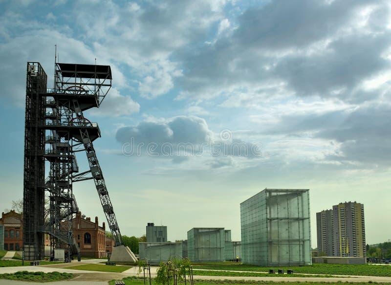 卡托维兹,波兰- 2018年4月22日:卡托维兹市的中心 西莱亚西博物馆和老矿井现代大厦  库存图片