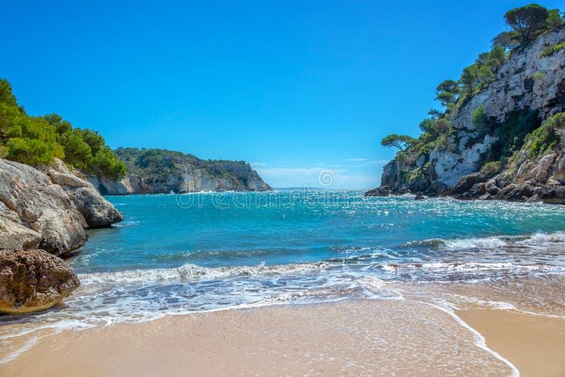 卡拉市Macarella海滩在梅诺卡,巴利阿里群岛西班牙 免版税库存图片