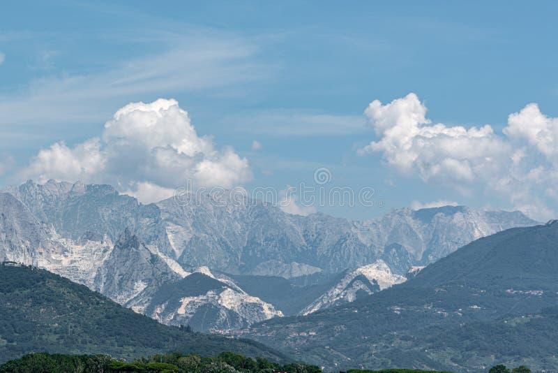 卡拉拉白色大理石山在意大利 图库摄影