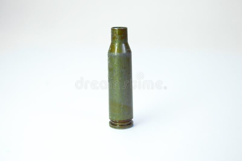 从卡拉什尼科夫自动步枪的绿色子弹在白色背景 库存图片