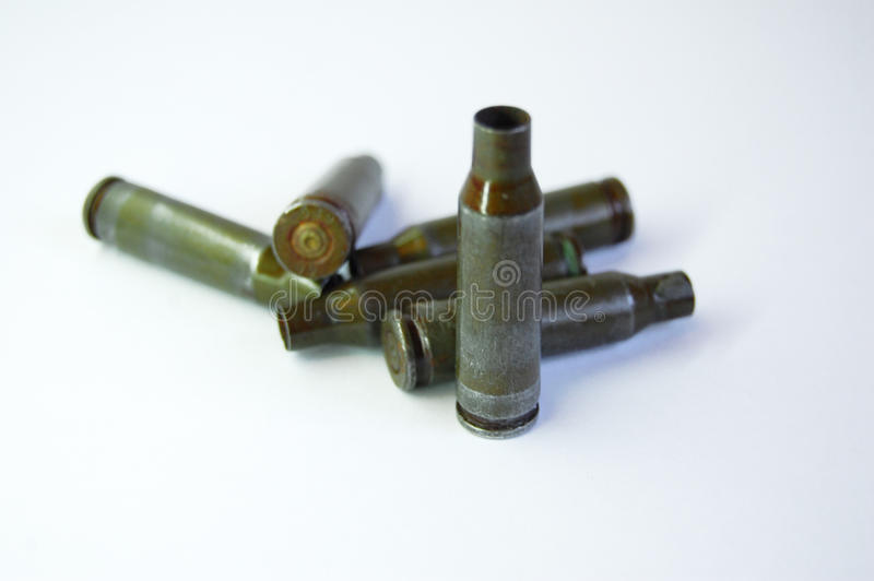 从卡拉什尼科夫自动步枪的绿色子弹在白色背景 免版税库存照片