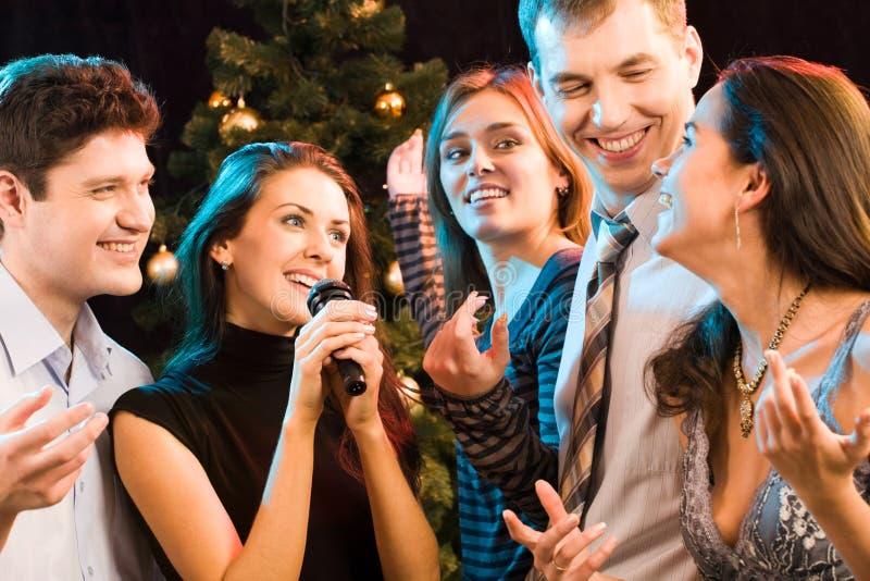 卡拉OK演唱当事人 库存图片