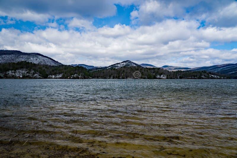 卡文小海湾水库和分蘖性山的冬天视图 图库摄影