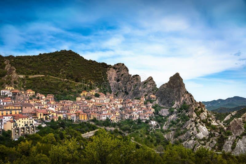 卡斯泰尔梅扎诺村庄在亚平宁山脉Dolomiti Lucane 巴斯利卡塔, 免版税库存照片