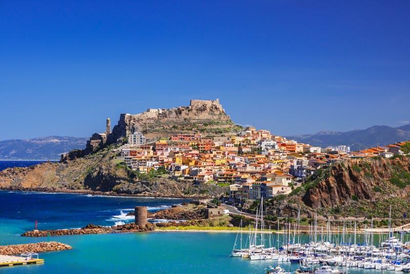 卡斯泰尔萨尔多镇,撒丁岛海岛,意大利美丽的景色  库存照片