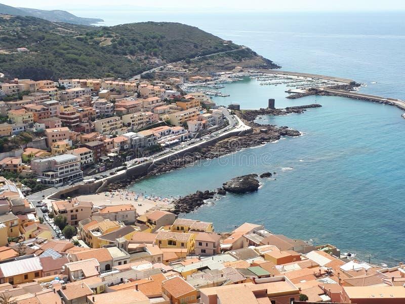 卡斯泰尔萨尔多,从地中海海岸上升撒丁岛的村庄 免版税库存图片