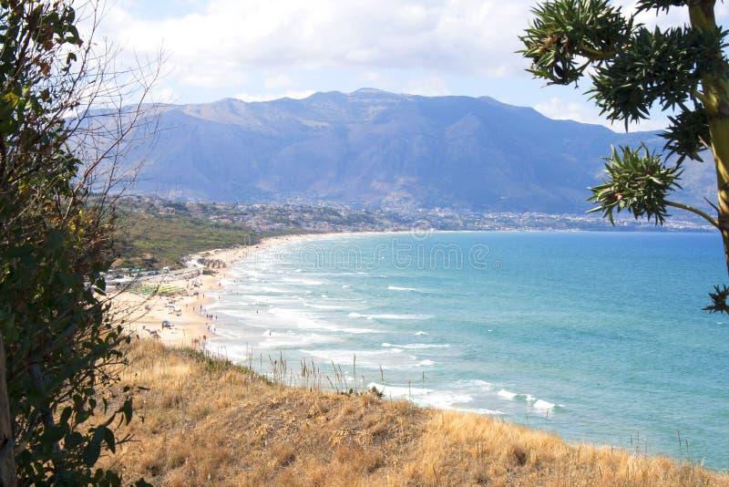 卡斯泰拉姆马雷德尔戈尔福看法从巴莱斯特拉泰,西西里岛,意大利的 库存照片