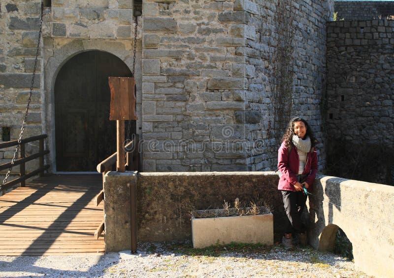 卡斯特洛圣乔瓦尼城堡的帕普安旅游女孩 免版税库存照片