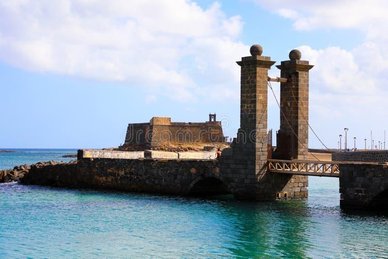 卡斯蒂略圣加百利城堡和普恩特de las Bolas桥梁,阿雷西费,兰萨罗特岛 免版税库存照片