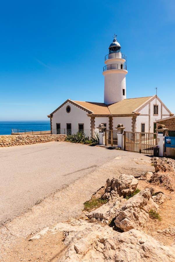 卡普德佩拉灯塔位于最东部问题的马略卡,其中一座在海岛上的最象征的灯塔 库存图片