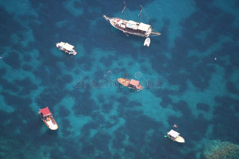 卡普里岛海岛,意大利(小船停放在透明的海) 库存图片