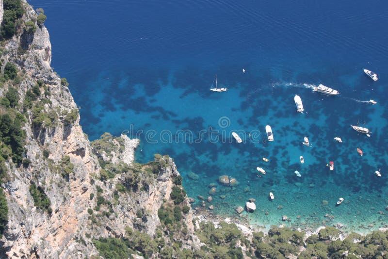 卡普里岛海岛,意大利(小船停放在透明的海) 图库摄影
