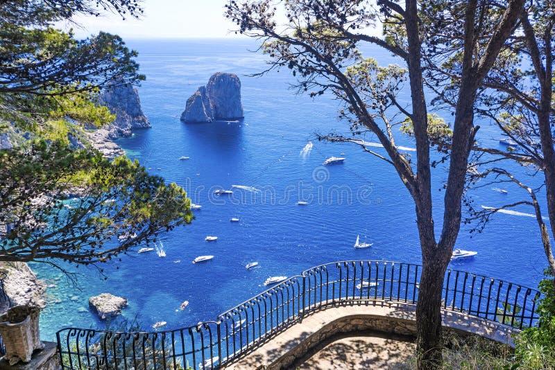 卡普里岛海岛Beautifu视图从豪华大阳台的 免版税库存图片