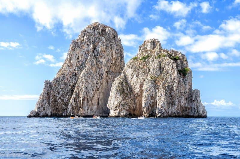 卡普里岛海岛Faraglioni如被看见从小船,意大利 免版税库存照片