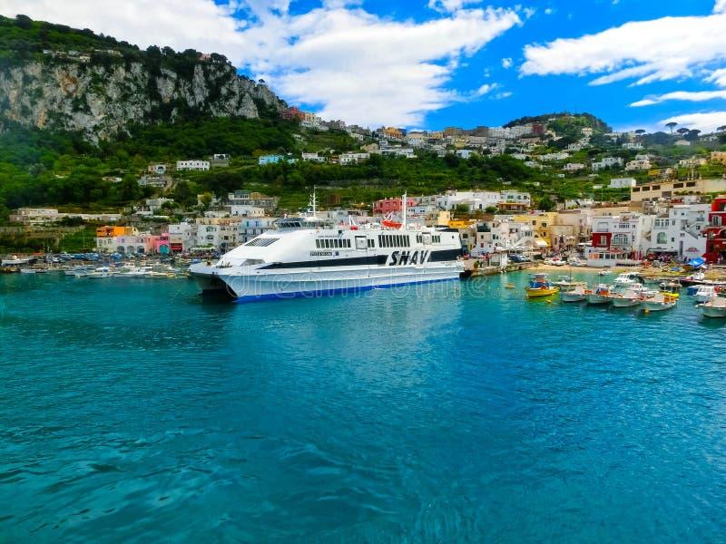 卡普里岛,意大利- 2014年5月04日:小游艇船坞重创在海岛上 图库摄影