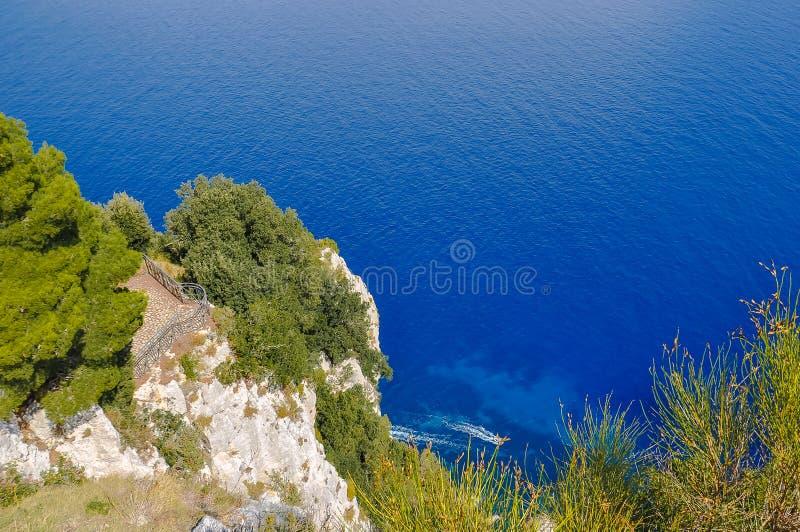 卡普里海岛的岩石海岸的看法  免版税库存照片