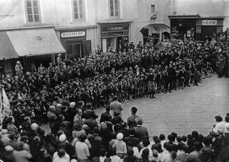 卡普里,意大利,1931年-城市当局举行在著名Piazzetta二卡普里的公开仪式与法西斯主义的青年时期和 库存图片