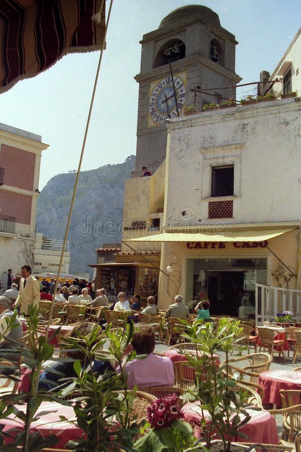 卡普里,意大利,1984年-粉色在著名Piazzetta二卡普里的酒吧的桌中控制 免版税库存图片