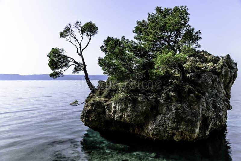 卡梅尼火山Brela -小著名海岛在Brela,马卡尔斯卡里维埃拉,达尔马提亚,克罗地亚 库存照片