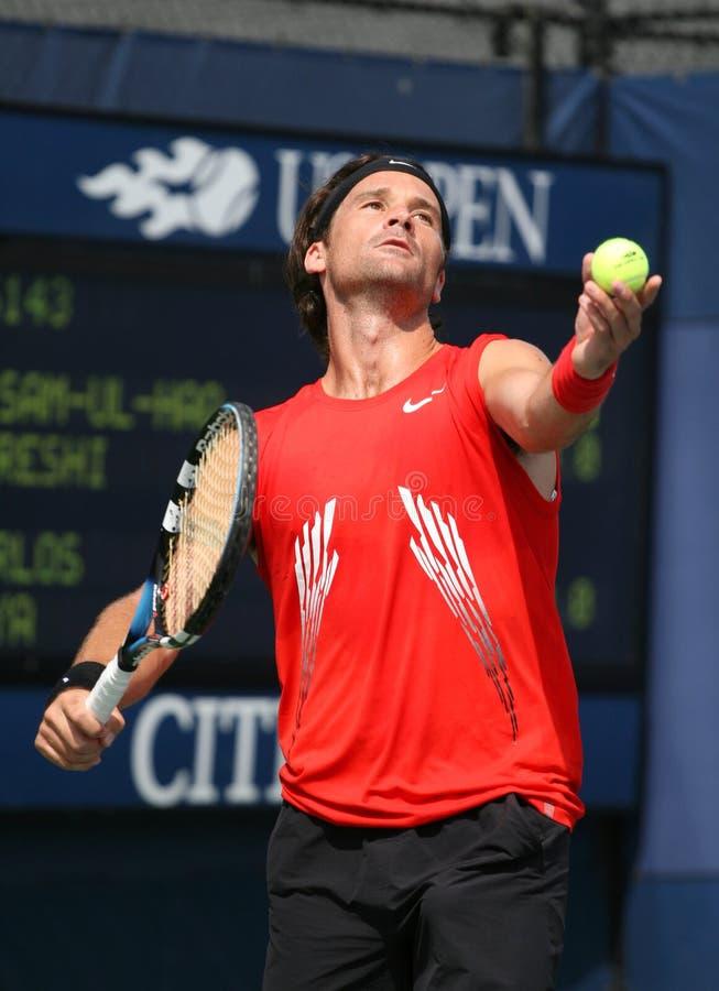 卡洛斯・莫亚球员服务西班牙网球 库存照片