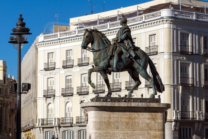 卡洛斯骑马雕象III在普埃尔塔del Sol在马德里,西班牙 免版税库存照片
