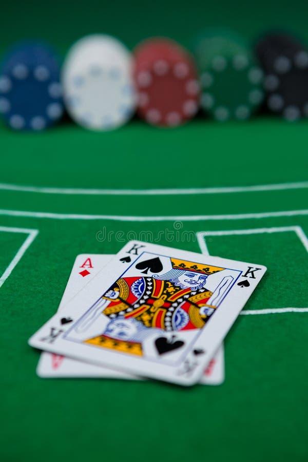 卡片和芯片特写镜头在大酒杯桌上 免版税图库摄影