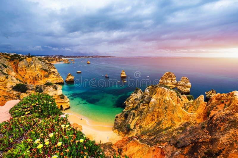 卡米洛海滩(普腊亚做卡米洛)在拉各斯,阿尔加威,葡萄牙 对海滩普腊亚的木人行桥做卡米洛,葡萄牙 美丽如画 库存照片