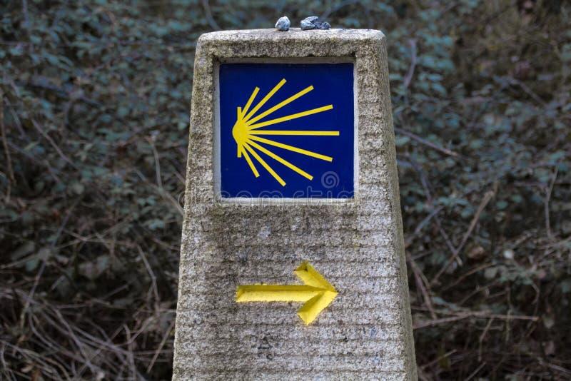 卡米诺de圣地亚哥的显示 路标石头 库存照片