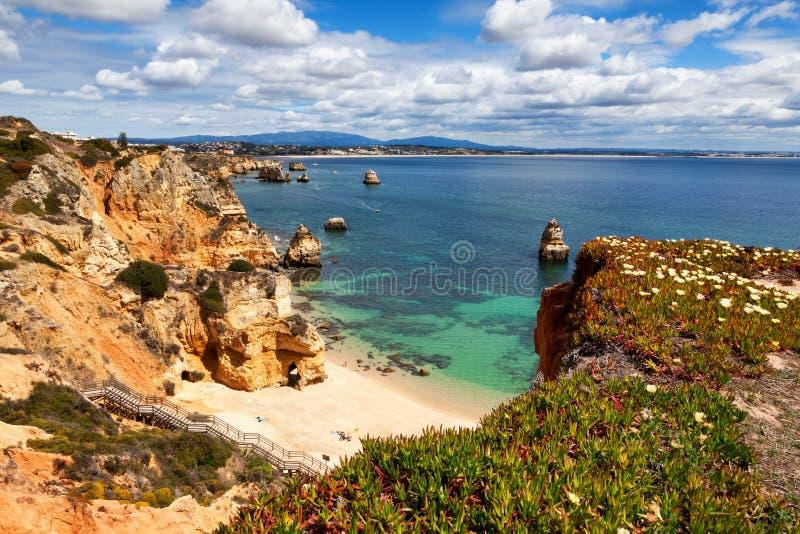 卡米洛海滩普腊亚在拉各斯,阿尔加威,葡萄牙附近做卡米洛 免版税库存图片