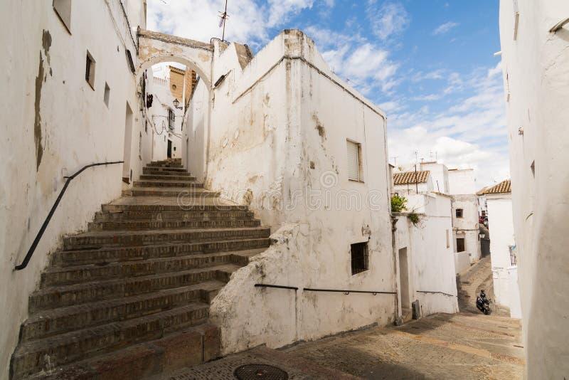 卡约埃尔考斯DE LA弗隆特里,西班牙- 2017年5月:街道的看法在老镇 免版税库存照片