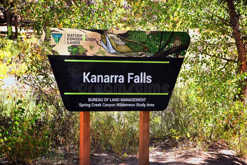 卡纳拉维尔下跌标志方向、费和远足责任自负规则从沿瀑布供徒步旅行的小道在Kanarra克里人 库存图片