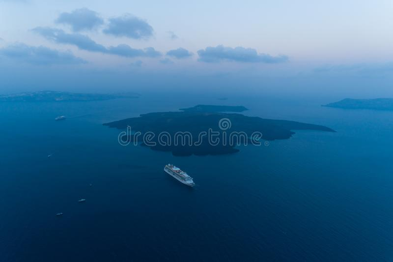 卡美尼岛海岛鸟瞰图在日出前的 库存照片