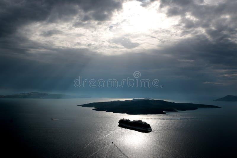 卡美尼岛看法从Oia的在圣托里尼,基克拉泽斯,希腊附近 免版税图库摄影
