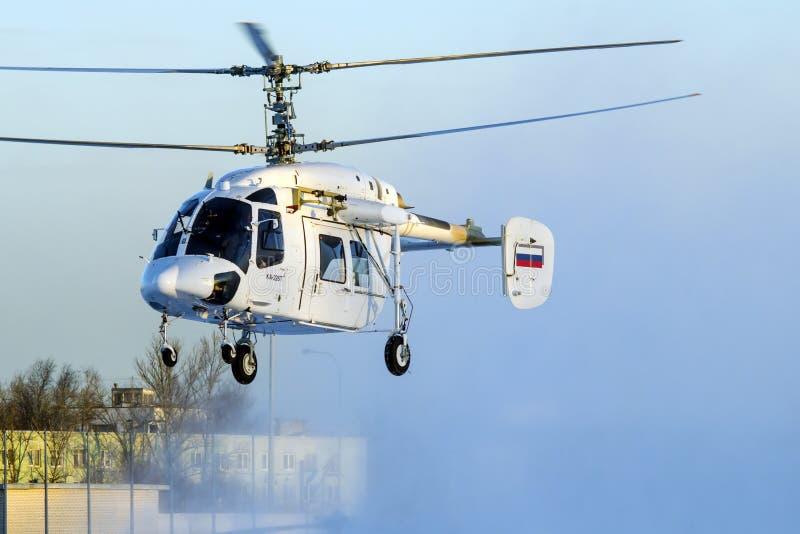 卡莫夫钾226T直升机起飞在冬天 免版税库存照片