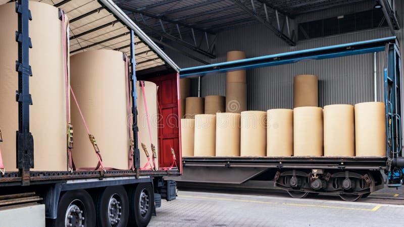 卡车在一个装载的仓库里 免版税图库摄影