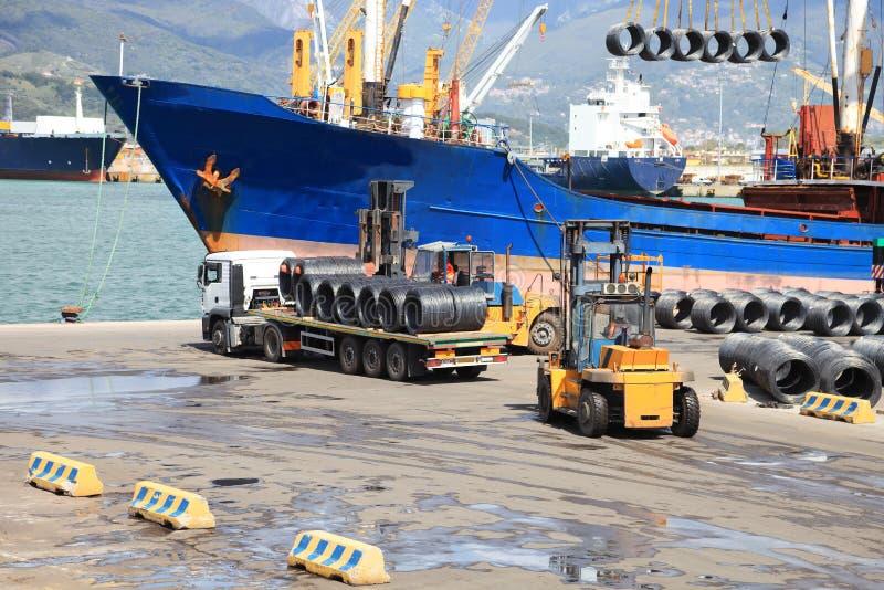 卡车在有船的港口在背景中 免版税库存图片