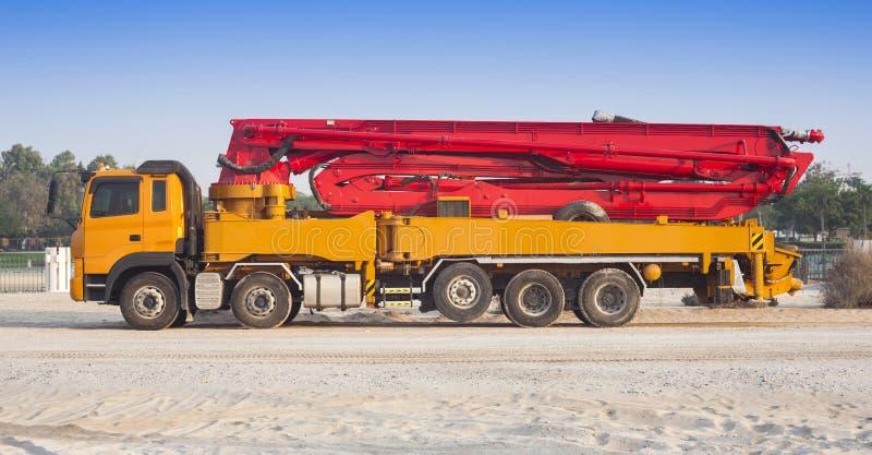卡车或机器有混凝土泵的建筑的 免版税库存图片