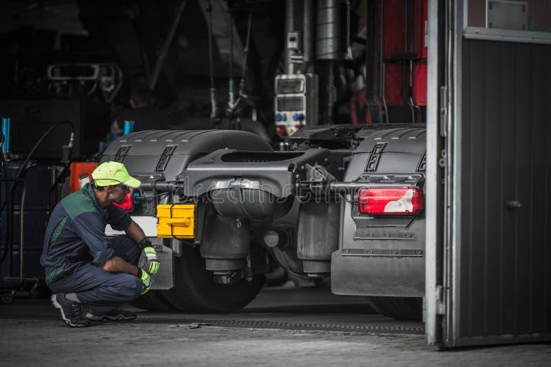 卡车服务技术员工作 图库摄影
