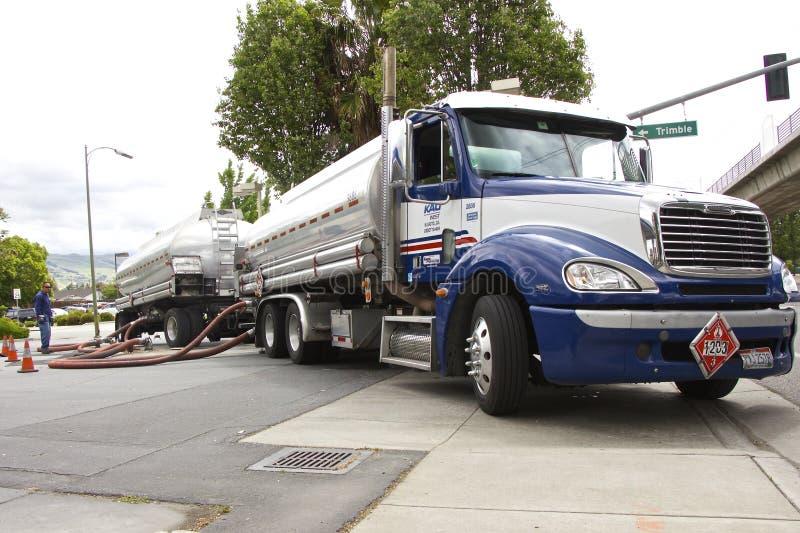 卡车罐车合并汽油在加油站(美国) 库存照片