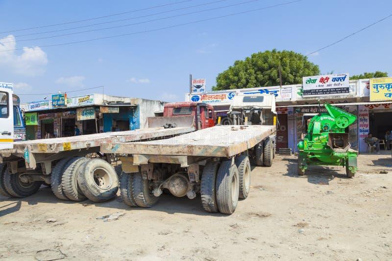 卡车运输巨大的大理石石头 免版税库存照片