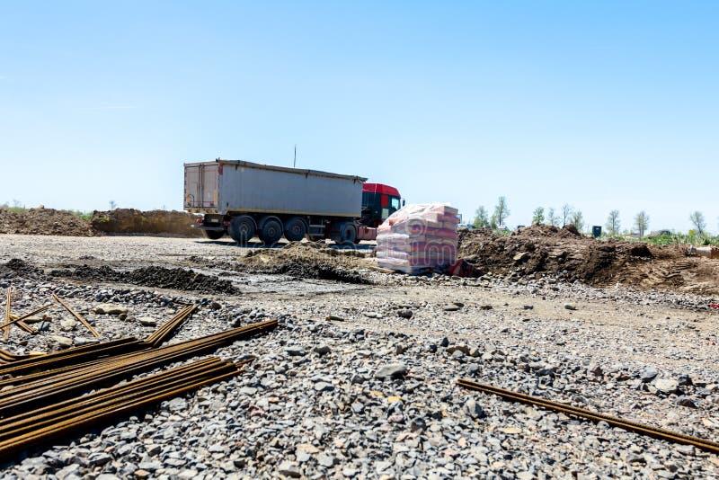 卡车运输,在建筑工地的后勤学 库存照片