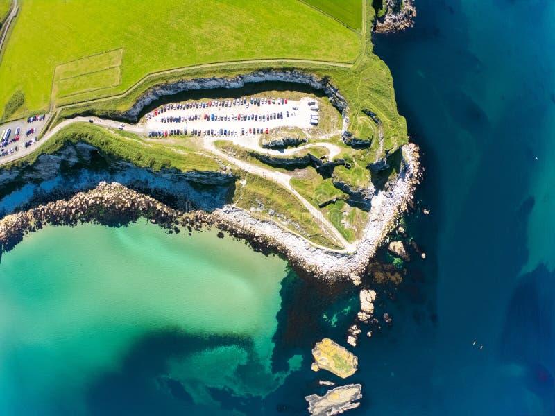 卡里克一座Rede索桥在Ballintoy北爱尔兰 在峭壁和绿松石大西洋水的鸟瞰图 库存图片