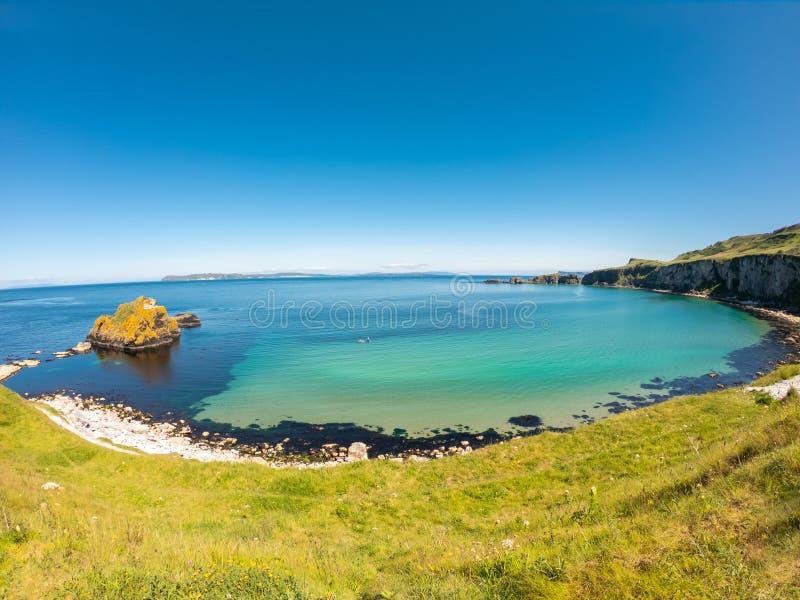 卡里克一座Rede索桥在Ballintoy北爱尔兰 在峭壁和绿松石大西洋水的鸟瞰图 免版税图库摄影
